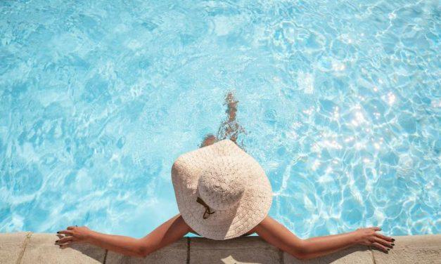 Cómo mantener limpia y cristalina el agua de tu piscina